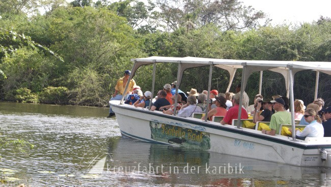 Belize – Touristenboot auf dem New River
